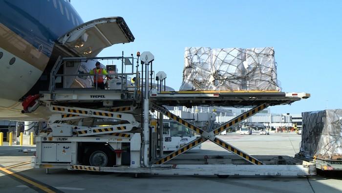 Lần đầu tiên, hơn 6,2 tấn thiết bị y tế bay thẳng từ Mỹ về Việt Nam