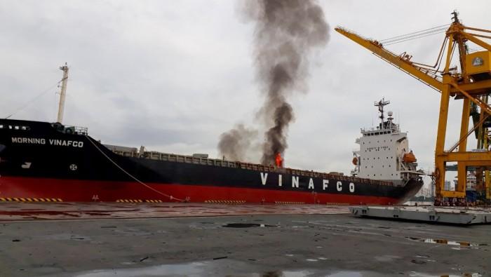 Cháy tàu hàng tại cảng Bến Nghé
